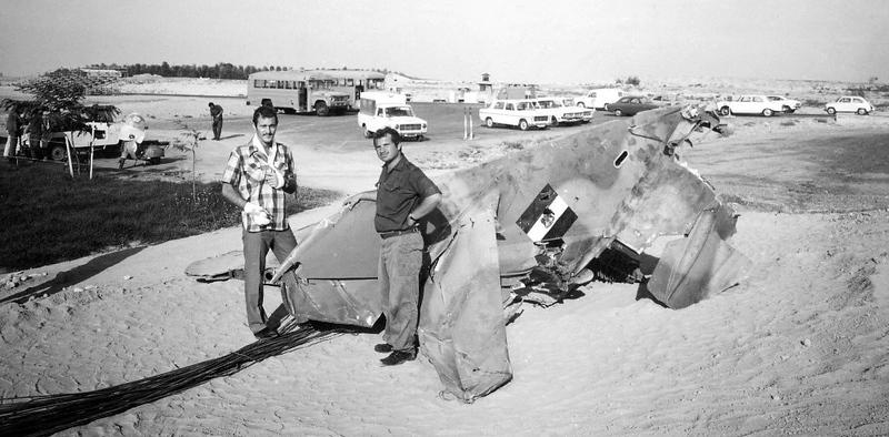 ה-6 באוקטובר, היום הראשון למלחמה - זנב מיג שהופל ב- 6/10/73. (מתוך האוסף של יוסי יערי) .