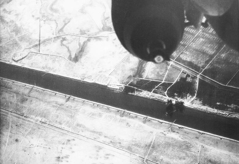ה-7 באוקטובר, היום השני למלחמה - פגיעות לאחר תקיפה באיזור תעלת סואץ. (מתוך האוסף של יוסי יערי) .