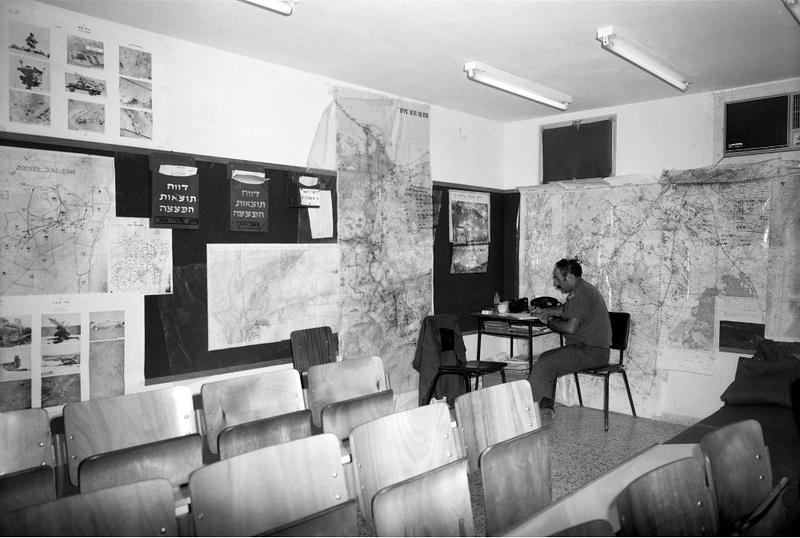 ה-7 באוקטובר, היום השני למלחמה - קצין המודיעין בעת שהכין את נתוני המודיעין של האיזור. (מתוך האוסף של יוסי יערי) .