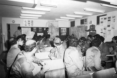 ה-7 באוקטובר, היום השני למלחמה - קצין המודיעין מעביר את חלקו בתדריך. (מתוך האוסף של יוסי יערי) .