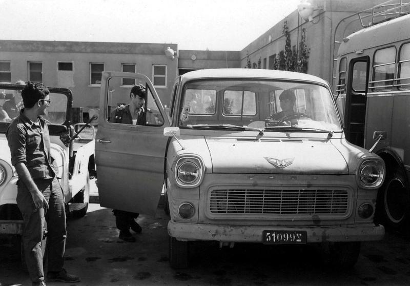 """ה-7 באוקטובר, היום השני למלחמה - עולים על הרכבים בדרך לדת""""ק. (מתוך האוסף של יוסי יערי) ."""
