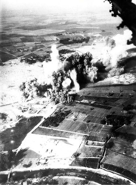 ה-7 באוקטובר, היום השני למלחמה - ממריאים ותוקפים. (מתוך האוסף של יוסי יערי) .