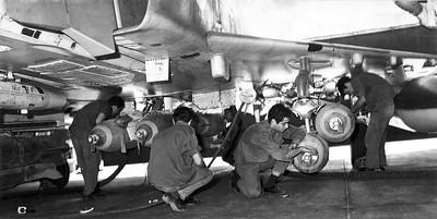 ה-7 באוקטובר, היום השני למלחמה - הכנת מטוס לגיחת תקיפה. (מתוך האוסף של יוסי יערי) .