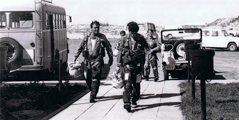ה-7 באוקטובר, היום השני למלחמה - חוזרים לטייסת לדווח תוצאות, לדווח מודיעין ולתחקיר (בתחילה במבנה ובסוף היום גם תחקיר כללי). (מתוך האוסף של יוסי יערי) .