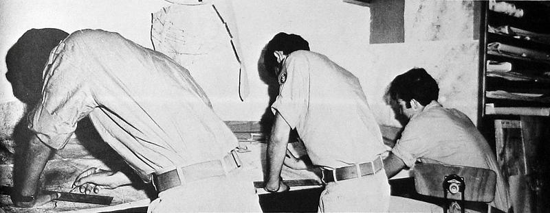 """ה-7 באוקטובר, היום השני למלחמה - פרחי טייס שהגיעו מביה""""ס לטיסה (שהושבת במהלך המלחמה. כל המדריכים מוצבים בטייסות) עוזרים בשכפול המפות. (מתוך האוסף של יוסי יערי) ."""