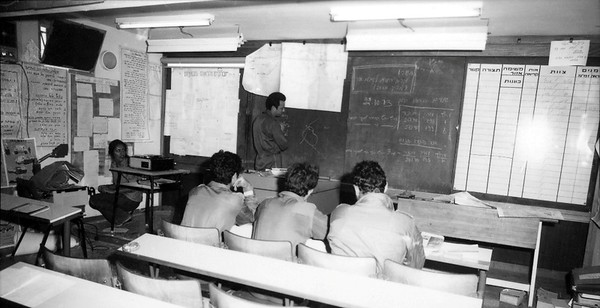 ה-7 באוקטובר, היום השני למלחמה - מתחלקים למבנים השונים ומתבצע תדריך לפעילות במבנה. (מתוך האוסף של יוסי יערי) .