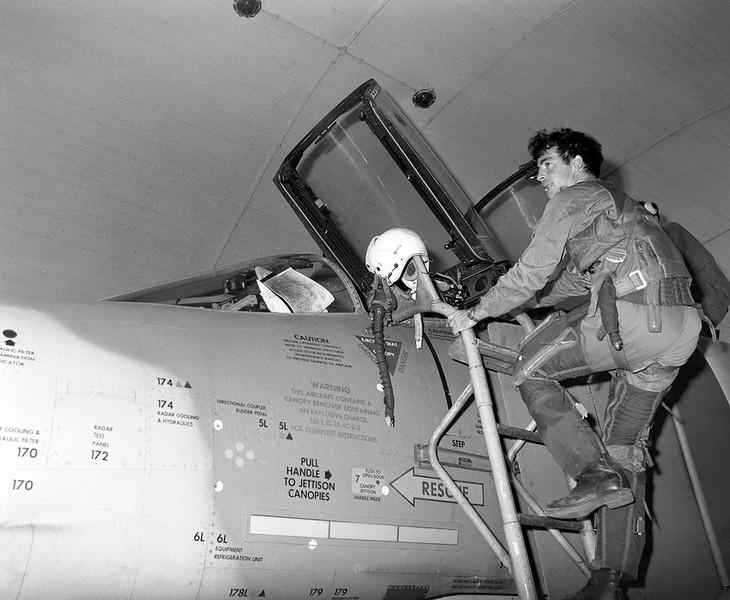 ה-6 באוקטובר, היום הראשון למלחמה - קורנס של טייסת אבירי הזנב הכפול ביציאה לגיחה בה הופלו 5 מסוקי מי 8. (מתוך האוסף של יוסי יערי) .