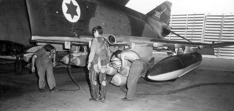 ה-7 באוקטובר, היום השני למלחמה - בדיקה חיצונית של המטוס. (מתוך האוסף של יוסי יערי) .