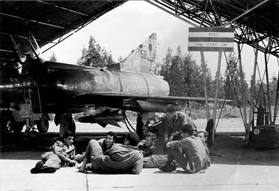 """מטוס שחק מספר 52 של טייסת הקרב הראשונה בעמדת הכוננות, עם טיל ה""""יהלום"""" מתוך האוסף של יוסי יערי."""