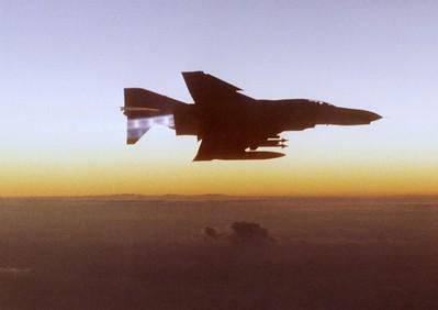 """ה-6 באוקטובר, היום הראשון למלחמה - צילום המתאר את תנאי התאורה באותו שלב של היום (מדובר בתמונה שצולמה ע""""י הנווט אולמר לאחר המלחמה, בעת טיסת רענון למטוסי הכוננות ברפידים). (מתוך האוסף של יוסי יערי) ."""