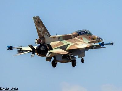 מטוס ברק דו מושבי של טייסת העקרב נוחת; צילום: רביד אטיה