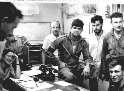 חדר המבצעים בהמתנה למלחמה. מימין גדעון דרור, מאיר לבנה, דני סמל המודיעין, שלמה נבות ( ויינטרוב ) קצין המבצעים, עופר קצין ניווט, פקידה