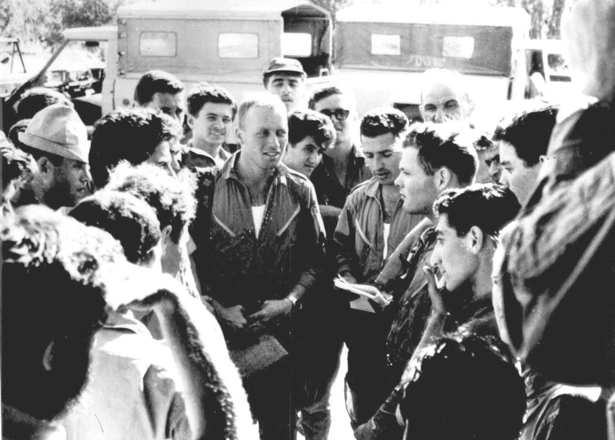 החלפת חוויות אחרי קרב אוויר במרכז: אהוד חנקין, אבי לניר, יהודה קורן