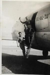 """.טייסת הנגב.ליד מטוס הקומנדו שהביא אספקה לקראת הפריצה לאילת. שדה אברהם מרץ 1949. בתחתית הסולם, משה ונדרוב ז""""ל"""