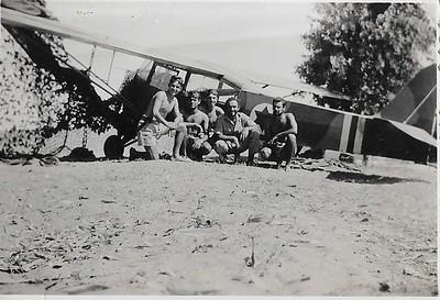 """יוני 1948. טייסת הנגב. ליד מטוס האוסטר. משמאל משה וידרוב ז""""ל, במרכז יובל שניאורסון. קיבוץ דורות, חורשת האקליפטוסים."""