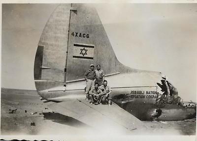 טייסת הנגב. מטוס קומנדו  לאחר התלקחות חומרי נפץ שהביא איתו כחלק מהאספקה. שדה אברהם מרץ 1949.