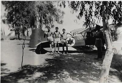 יוני 1948.טייבת  הנגב. ליד מטוס האוסטר (פרימוס). קיבוץ דורות חורשת האקליפטוסים.  משמאל יובל שניאורסון
