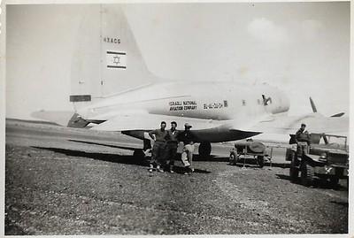 """מטוס קומנדו בשדה אברהם שהביא אספקה לקראת הפריצה באילת. מרץ 1949. במרכז התמונה  משה  ונדרוב  ז""""ל"""