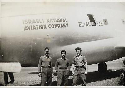 """טייסת  הנגב.ליד מטוס הקומנדו שהביא אספקה לקראת הפריצה לאילת. שדה אברהם.  משמאל יו ז""""ל. מרץ 1949."""