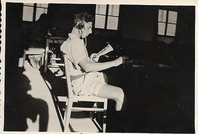 """1948 יובל שניאורסון בקורס אלחוט של שירות אוויר (לימים חי""""א) בבי""""ס פעילי הסתדרות, ת""""א"""