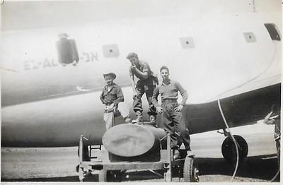 """.טייסת  הנגב.  משגיחים  על  מילוי  המים בעוקב שהביא המטוס. שדה אברהם מרץ 1949. במרכז, משה ונדרוב ז""""ל. מימין, יובל שניאורסו"""