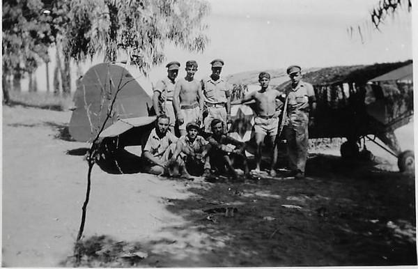 יוני1948. טייסת הנגב.ליד מטוס האוסטר (פרימוס). קיבוץ דורות חורשת האקליפטוסים.