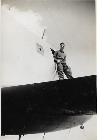 טייסת הנגב. העברת המים שהביא המטוס כחלק מהאספקה - לעוקב. שדה אברהם מרץ 1949. בתמונה יובל שניאורסון