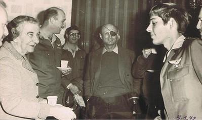 ארנון לבושין מקורס 47  מחליף חוויות עם משה דיין, גולדה מאיר ומוטי הוד