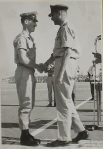 קורס 47 - יוסי טרון מקבל כנפיים ממפקד חיל האוויר עזר ויצמן