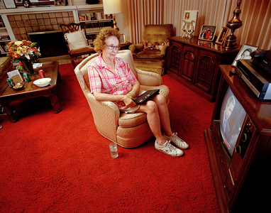 USA. California. San Maro County. 2000. Marion FROST, an elderly American woman, watches the 2000 presidential debates between George W. BUSH and Al GORE.  She is one of many people across the country to participate in instant polling.
