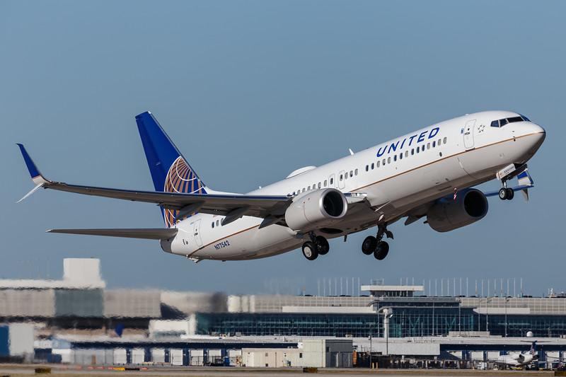 United Boeing 737-800 | N77542