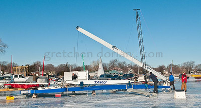 TAKU  | Stern Steerer | Using Crane to Step the Mast