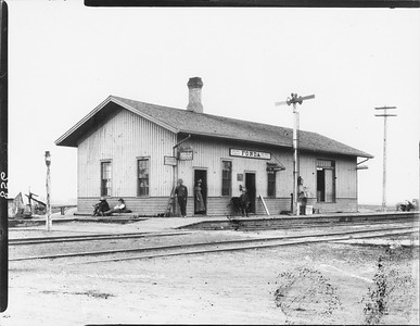 2010.030.PC13.12--lee hastman collection 8x10 print--ICRR--Company Photograph view of depot--Fonda IA--1894 0624