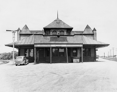 2010.030.PC13.27--lee hastman collection 8x10 print--ICRR--Company Photograph view of Union depot with CMStP&P--LeMars IA--1950 0725