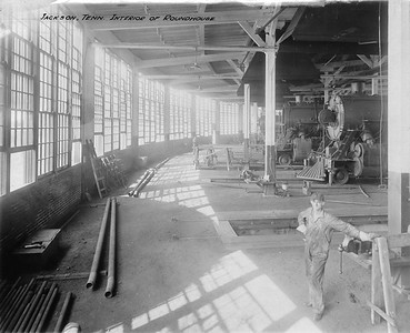 2010.030.PC15.04B--lee hastman collection 8x10 print--ICRR--Co Photo view of roundhouse interior--Jackson TN--1916 1009