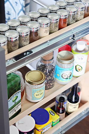 Organized Spices W|DIY Labels -  http://www.iheartorganizing.com/2015/07/diy-spice-jar-labels.html