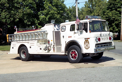 WATERLOO  ENGINE 282   1979 FORD C800 - TOWERS   1000-500   #1646