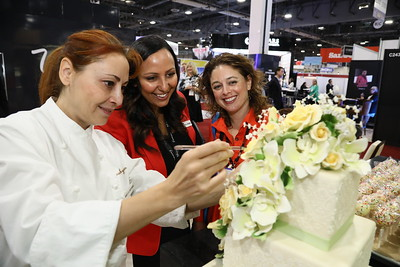 A cake decorating demo at the Wynn booth