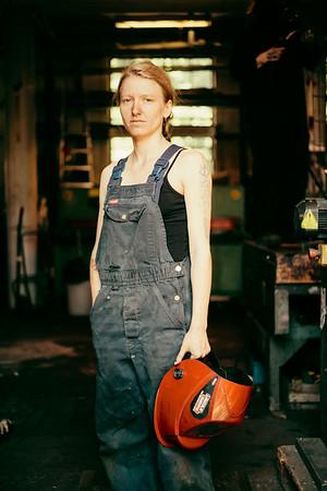 Astrid (gauche), 26 ans, travaille depuis 4 ans dans la forgerie de femmes.   CHRISTIANIA  ================  GRAZIA