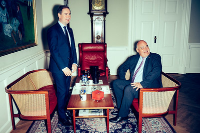Dominic Schroeder  Til en longread på borsen.dk følger jeg den britiske ambassadør, Dominic Schroeder, i forbindelse med Brexit. Vinklen er den, at ambassadøren aldrig har haft mere travlt end nu. Han sidder sjældent på sit kontor på ambassaden - det er i øvrigt ikke engang særlig pralende - men er primært ude omkring for at møde danske erhvervsfolk og politikere samt andre indflydelsesrige personer. De vil naturligvis alle gerne høre, hvad der er op og ned på hele Brexit-miseren og ikke mindst, hvordan Brexit stiller Danmark og danske virksomheder.  ===================  BØRSEN
