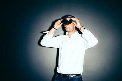 Michael Harboe - Virtual Reality  Til Møder og Konferencer Hvor langt er vi med Virtual reality inden for møde- og konferencesektoren?  Jeg har snakket med Michael Harboe, der er adm. direktør i Virsabi, der beskæftiger sig med Virtual reality til virksomheder. Som de første i verden, har de formået at livestreame en konference i virtual reality til 25 konferencegæster.  Selve artiklen er et kig på, hvor langt man er fra, at virtual reality kan tages effektivt i brug for folk der afholder konferencer.  Billederne må gerne have et digitalt islæt. Kontoret derude er mere eller mindre en legeplads for VR, og Michael er super flink til at stille alt til rådighed. De har alt hvad der kan kravle og gå. (Jeg synes at deres Microsoft Hololens, eller stolen, hvor man kan komme til koncert med OhLand gjorde mest indtryk.  ===================  BØRSEN