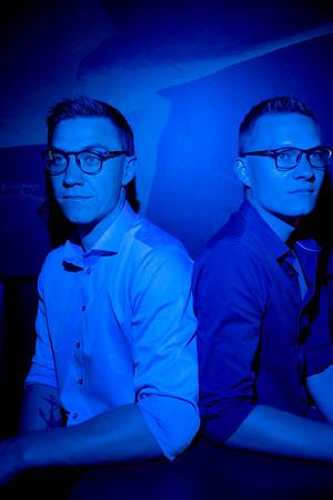 (FRA HØJRE): Johnny og Dennis Krogsgård  Johnny og Dennis Krogsgård fik ideen til at lave briller, der beskytter mod såkaldt blåt lys fra de mange skærme, man benytter. Egentlig ville de bare gerne selv have et par, men idéen voksede, og sammen stiftede de Ancr Copenhagen (udtales Anchor).  De siger desuden, at de er tættere end andre brødre, de kender.   Ved siden af fuldtidsjobbet (Dennis er it-chef i Magasin, Johnny har en chefstilling i 3ByggeTilbud) driver de Ancr Copenhagen. For at gøre selskabet så skalerbart som muligt har de investeret i digitale løsninger til næsten alle led i virksomheden. Derudover har de heller ikke timer i døgnet til manuelt at vedligeholde virksomheden dagligt.   Derfor mødes de to brødre hver onsdag på Hotel Scandic i Glostrup efter aftensmad og putning af børn for at gøre alle de ting, der ikke kan klares manuelt.   ================  BØRSEN