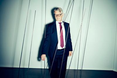 Christian Motzfeldt  Christian Motzfeldt har været adm. direktør i Vækstfonden, som er statens finansieringsfond, der yder lån til og investerer i danske virksomheder.   Han har stået i spidsen for fonden siden 2001, og jeg har i den anledning haft et langt interview med ham, og jeg ved endnu ikke, hvilken retning det bliver drejet i. Vækstfonden har bl.a. været med til at investere i virksomheder som Universal Robots, Endomondo og Muuto. Han snakker meget gerne om sine gode investeringer, som førnævnte, men ikke så gerne om dem, der har slået fejl.   Der har de sidste mange år, at der er mangel på risikovillig kapital til vækstvirksomheder i Danmark. Den problemstilling har været en af de ting, som Vækstfonden har skulle være med til at løse. På mange måder ser det bedre ud i dag, og mange kritiserer i det stille, at Vækstfonden er begyndt at blive for store og tage en alt for stor del af markedet, når de investerer. Flere mener ikke, at Vækstfonden burde fortsætte og burde nedlægges. Denne holdning deler Christian Motzfeldt ikke, og han mener sågar ikke, at markedet ville kunne fungere uden Vækstfonden.   ================  BØRSEN