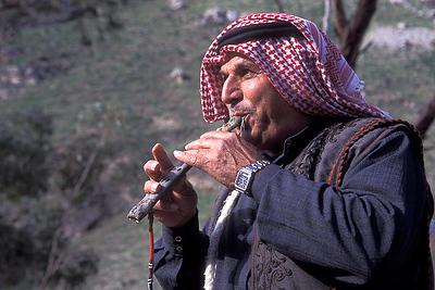 בדווי בגליל מנגן בחליל מסורתי מעצמות נשר