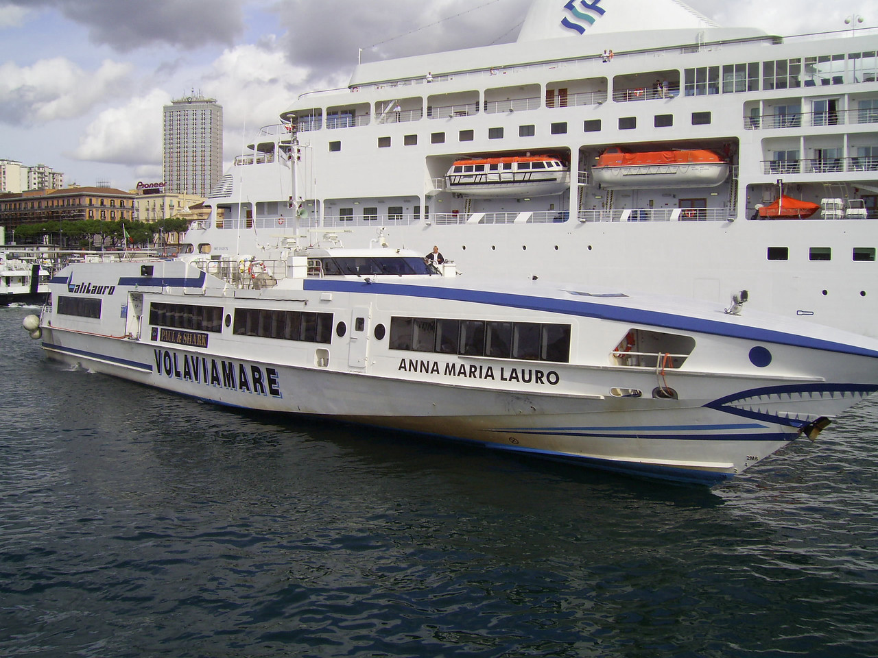 HSC ANNA MARIA LAURO maneuvering in Napoli.