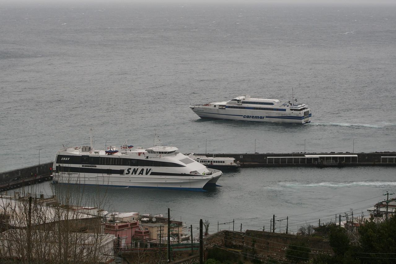 2008 - HSC ISOLA DI CAPRI waiting out the port of Capri the departure of HSC DON FRANCESCO.