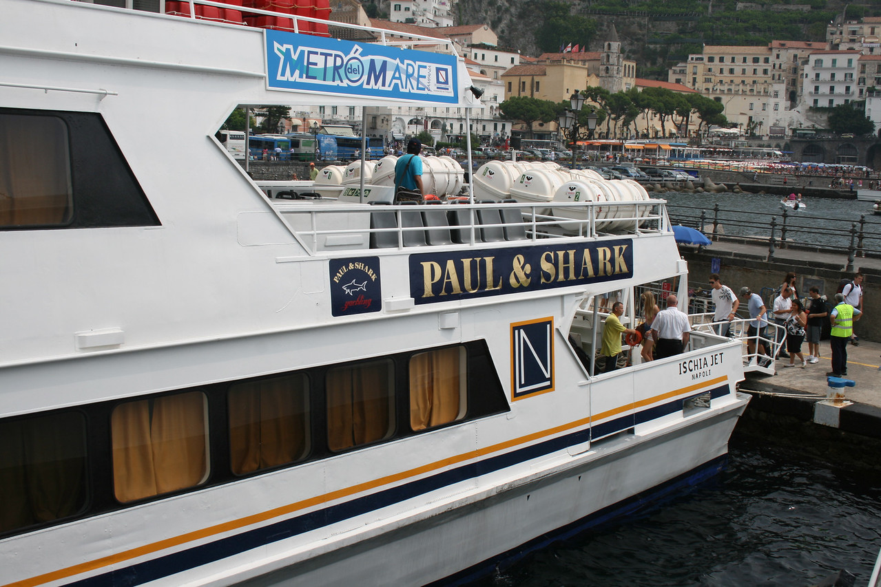 2009 - ISCHIA JET embarking in Amalfi.
