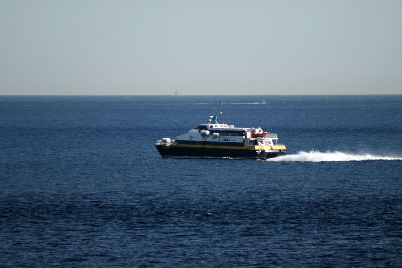 2010 - SNAV AQUARIUS sailing from Messina to Reggio Calabria.