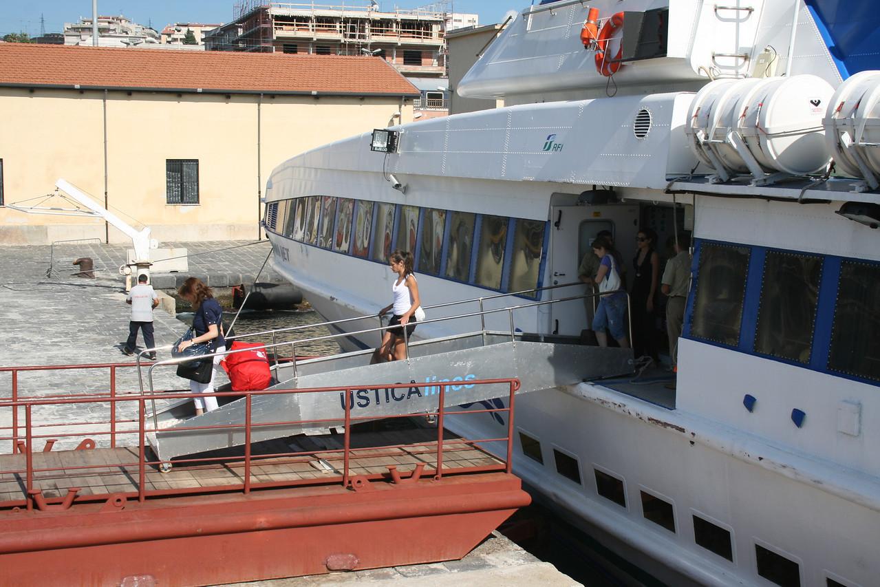 2010 - TINDARI JET disembarking in Villa San Giovanni.