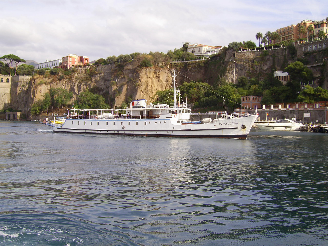 2007 - F/B FARAGLIONE arriving to Sorrento. From 1964 to 2008 the fastest traditional ferry on Sorrento - Capri route.